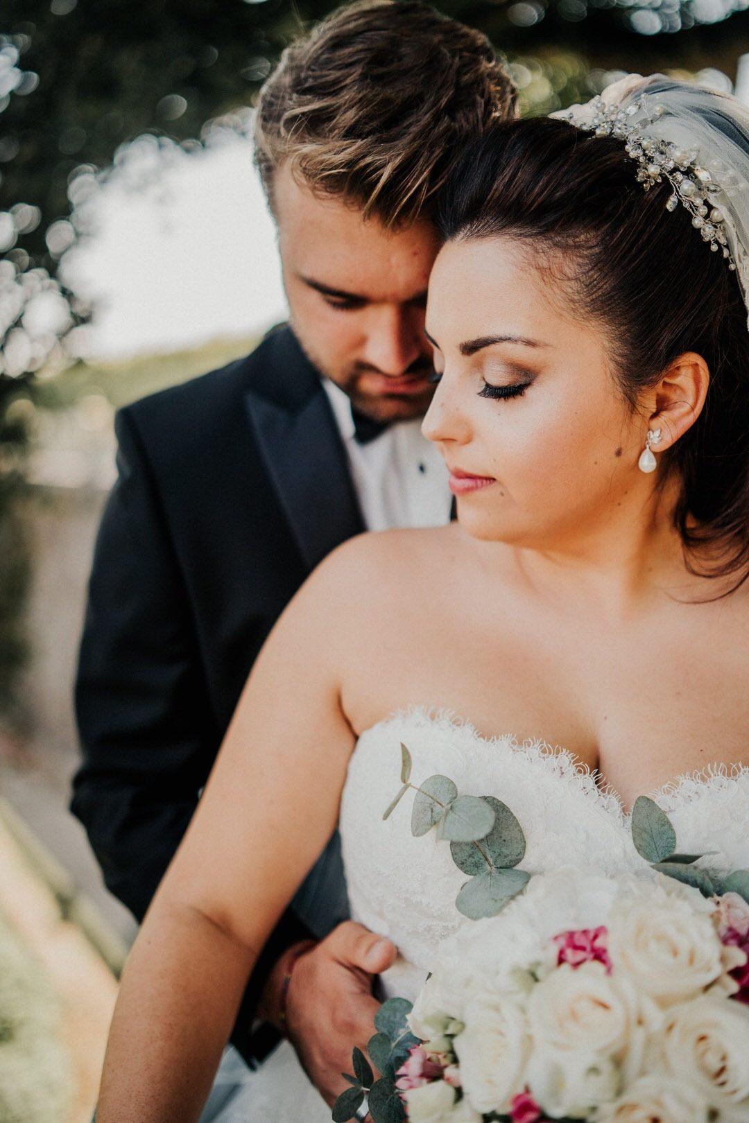 Emotionale und persönliche Hochzeitsfotos beim Brautpaar-Shooting der italienischen Vintage-Hochzeit im Schlossgarten Weilburg