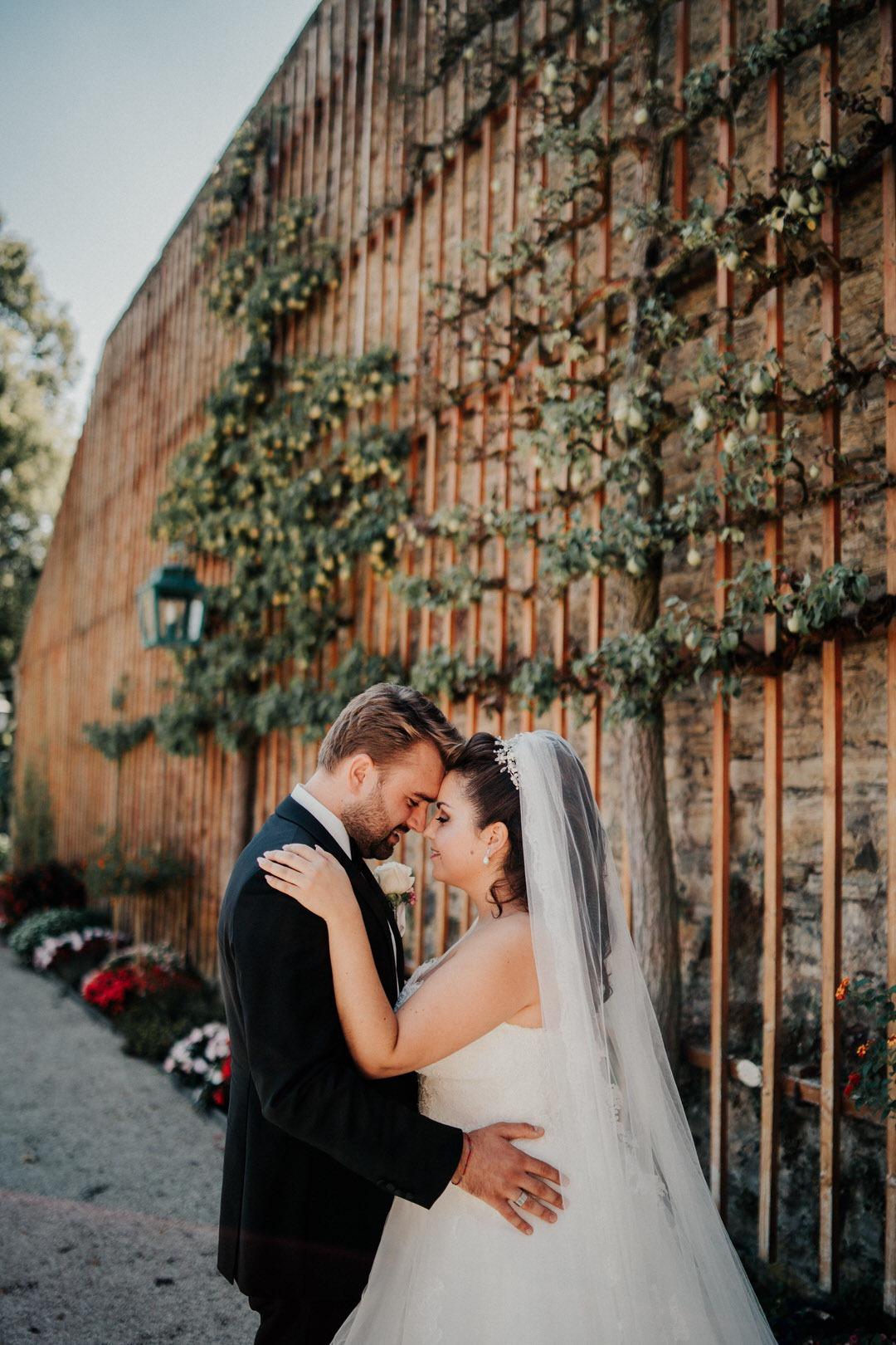 Wunderschönes italienisch-deutsches Brautpaar bei ihrem Hochzeitsshooting im Schlossgarten