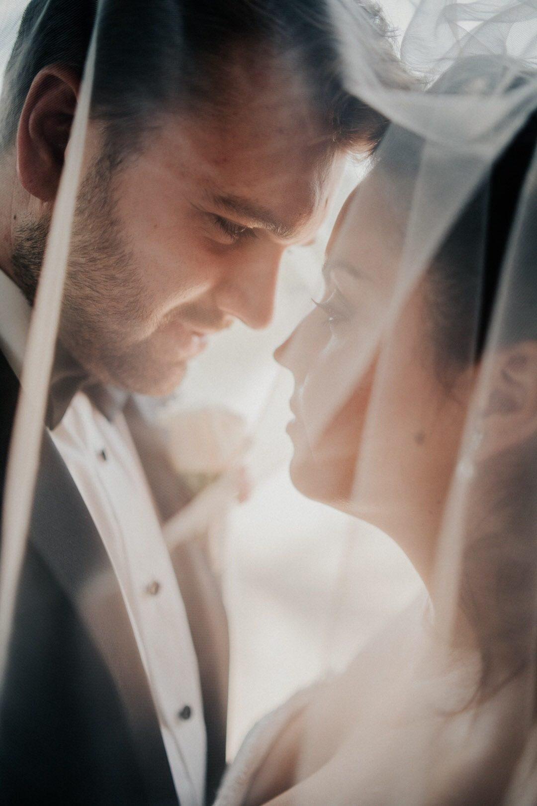 Traidtionelle Ideen für emotionale Hochzeitsfotos unter dem Schleier