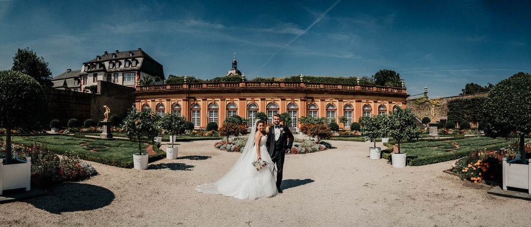 Zum Hochzeitsshooting in der unteren Oranterie des Schlossgartens Weilburg