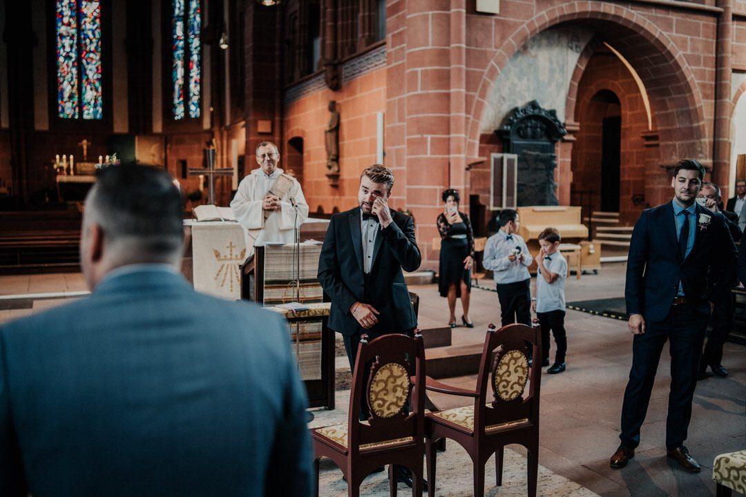 Vor dem Einmarsch der Braut: der aufgeregt wartende Bräutigam