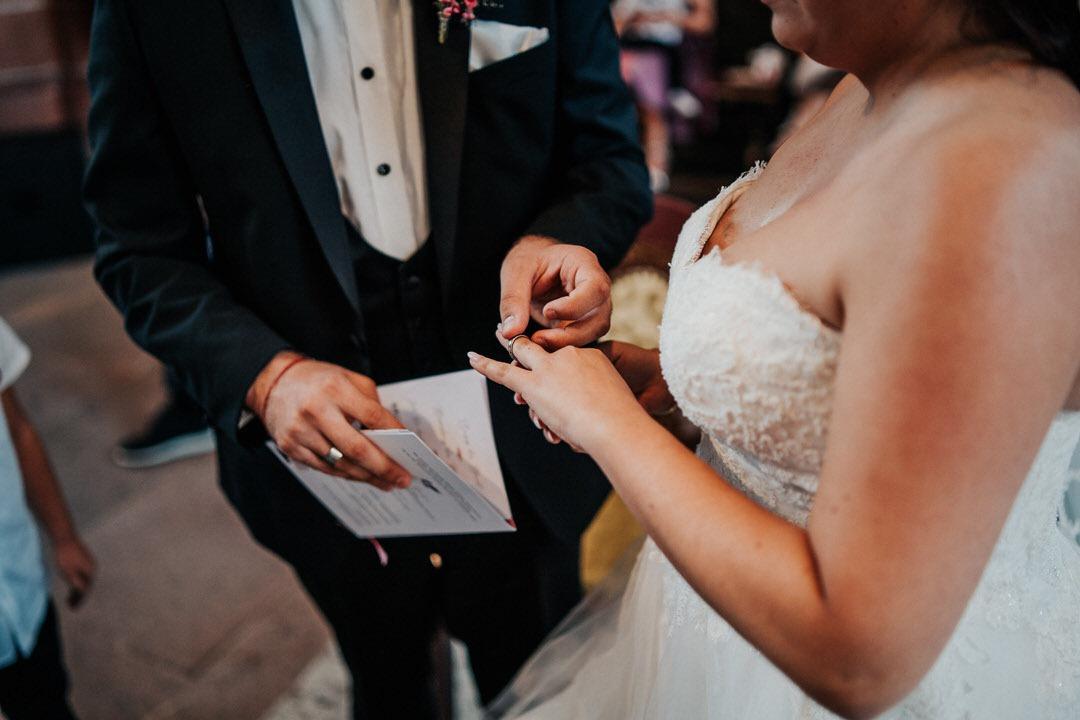 Hochzeitsfotos vom Moment der Ringübergabe im Wetzlarer Dom