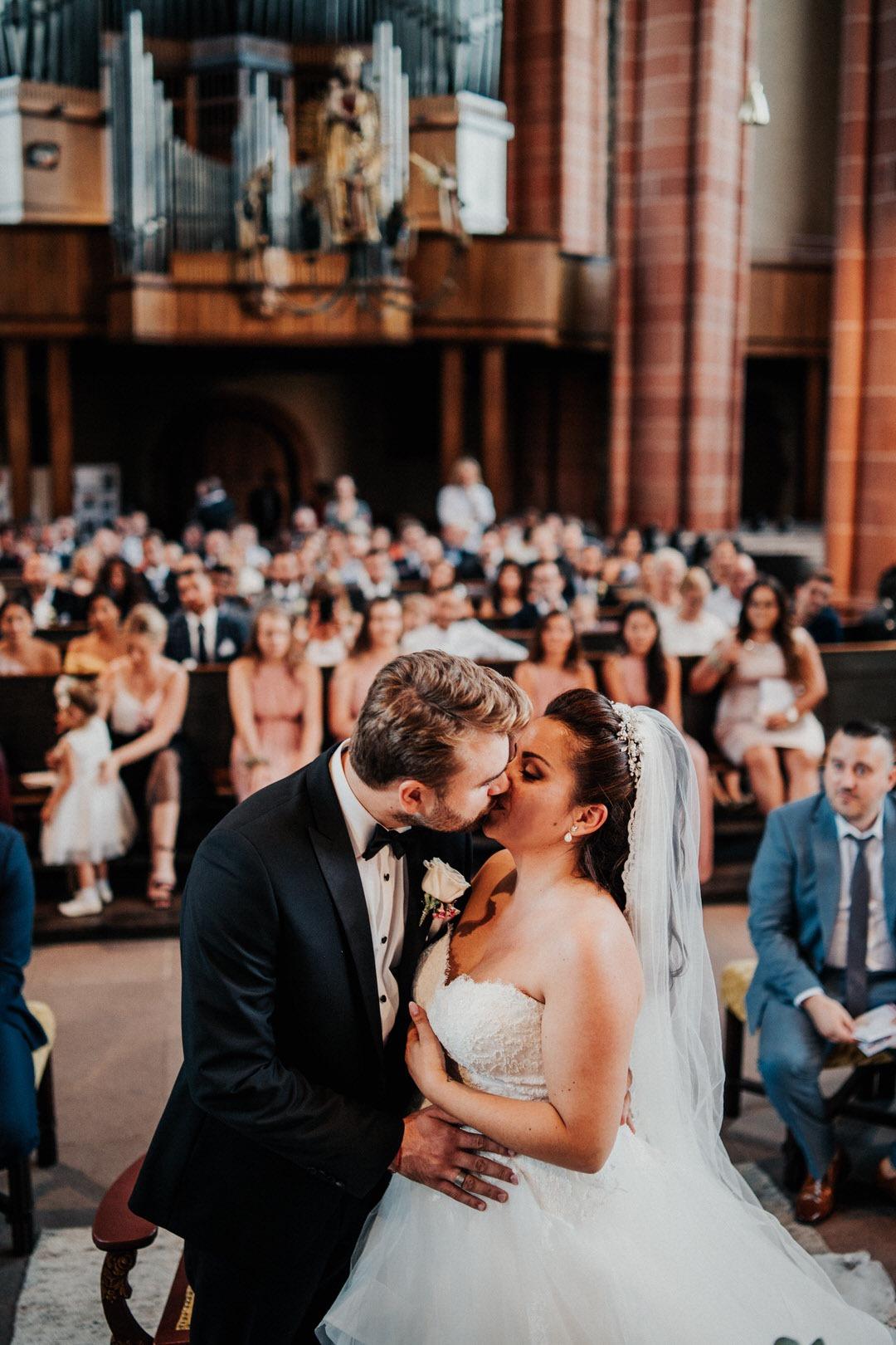 Emotionaler Hochzeitskuss in der Kirche bei der Trauung im wetzlarer Dom