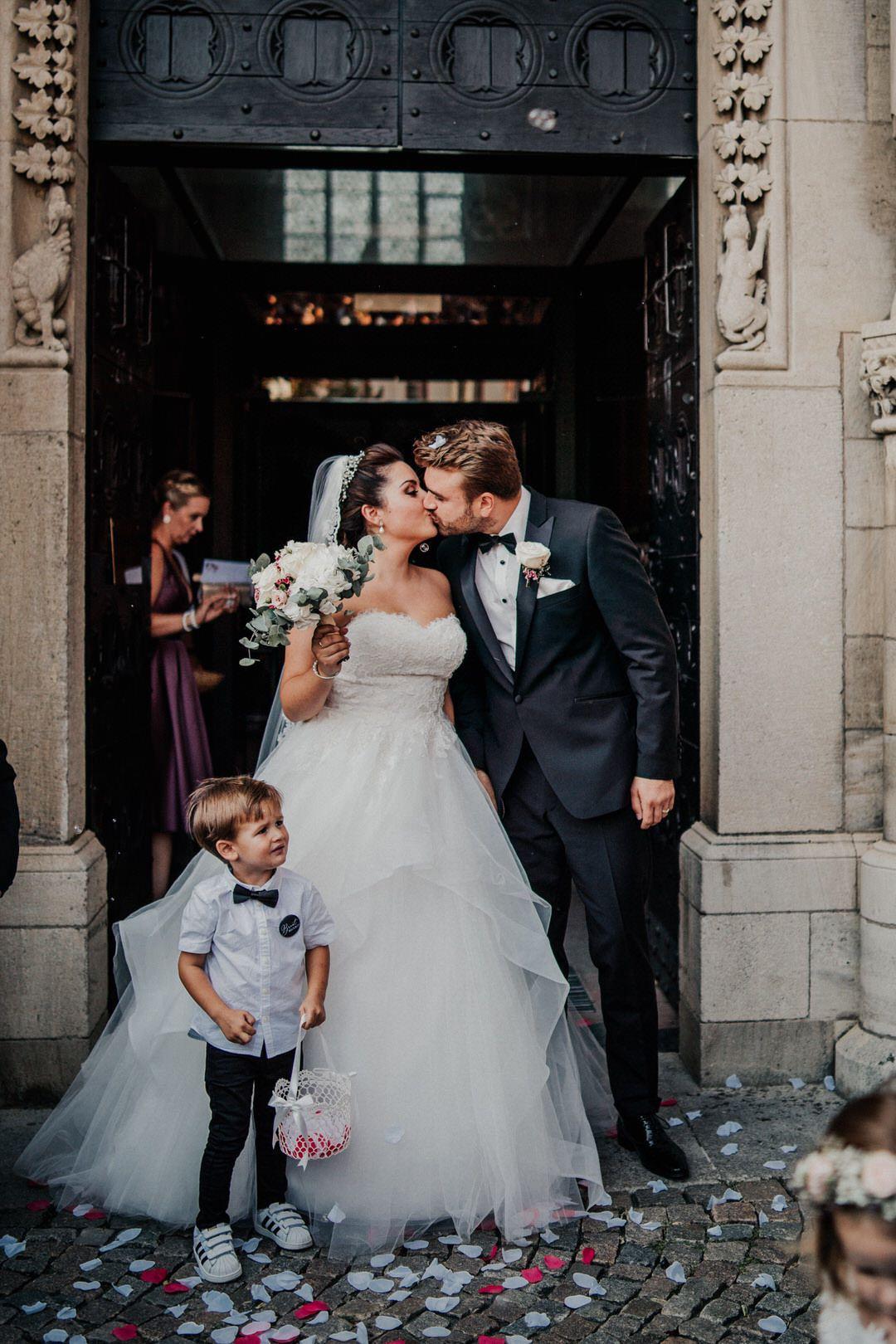Hochzeitsfotografien vom Ausmarsch der Braut, vorm Wetzlarer Dom, Brautjunge und Brautmädchen werfen Blüten