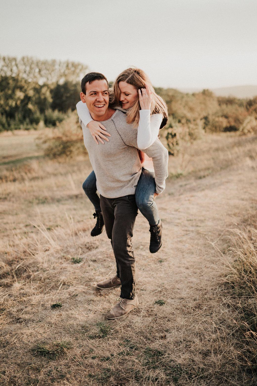 Paarbilder von natürlichen und echten Paaren beim  Verlobungsshooting