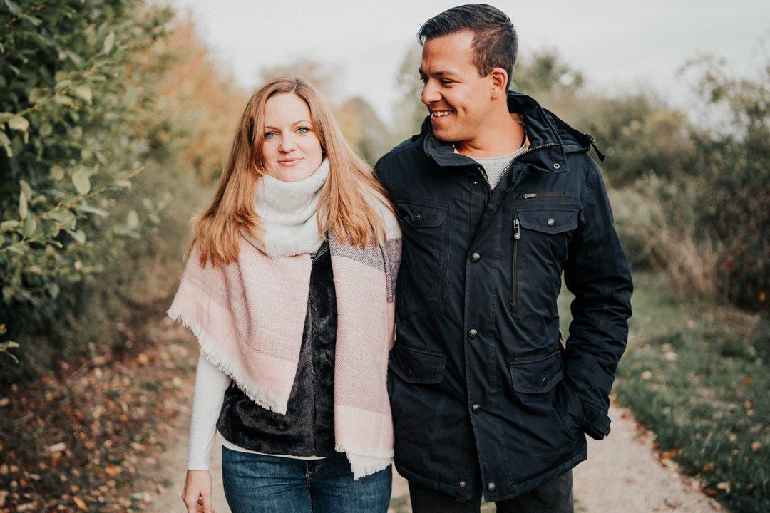 Zum warmwerden für das Paar-Fotoshooting sind Spaziergänge und dabei ganz natürliche Gespräche gut um authentische Bilder zu machen