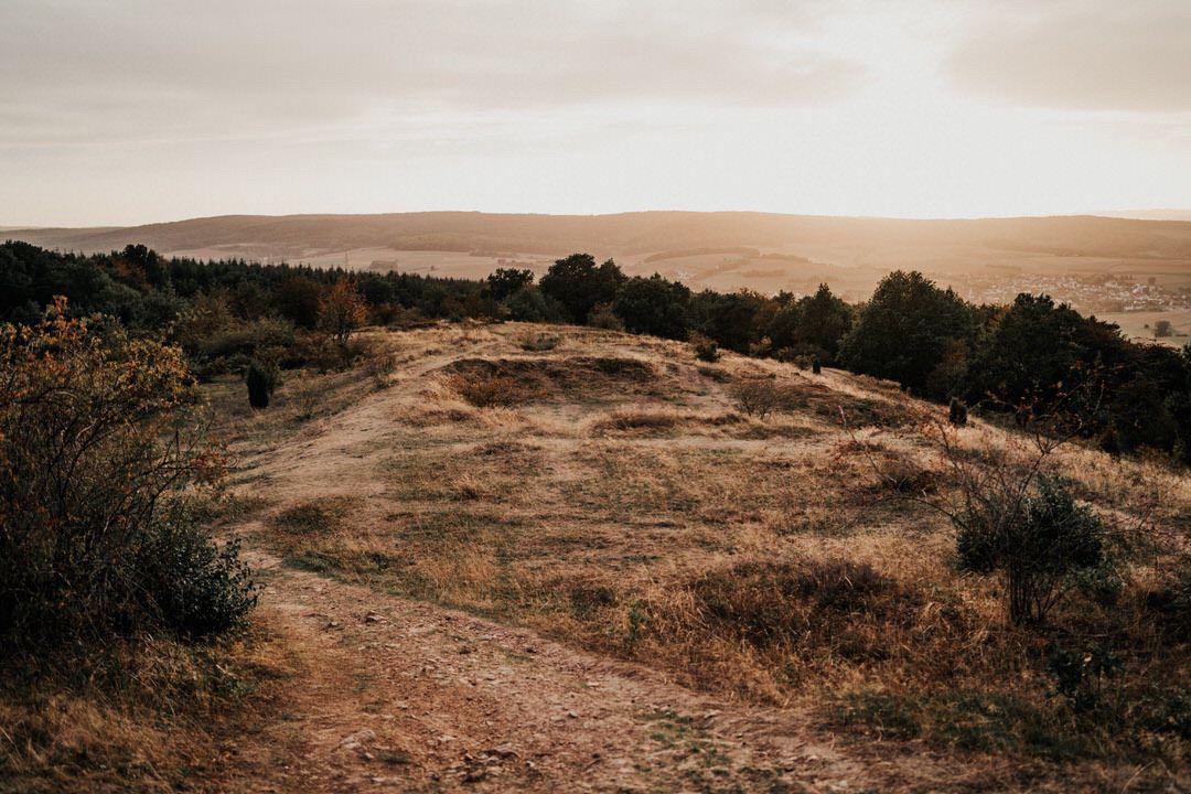 Natürliches und anziehend echtes Feld- und Wiesen Paarfoto-Shooting auf einem Hügel in Limburg, Hessen