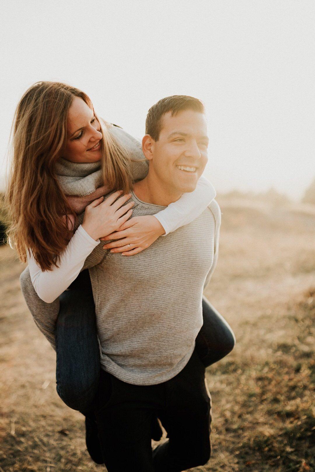 Huckepack als Posing Idee für ungestellte und natürliche Paar-Fotoshootings. Er trägt sie auf Händen, wie sollte das kein bezauberndes Lächeln hervorrufen.