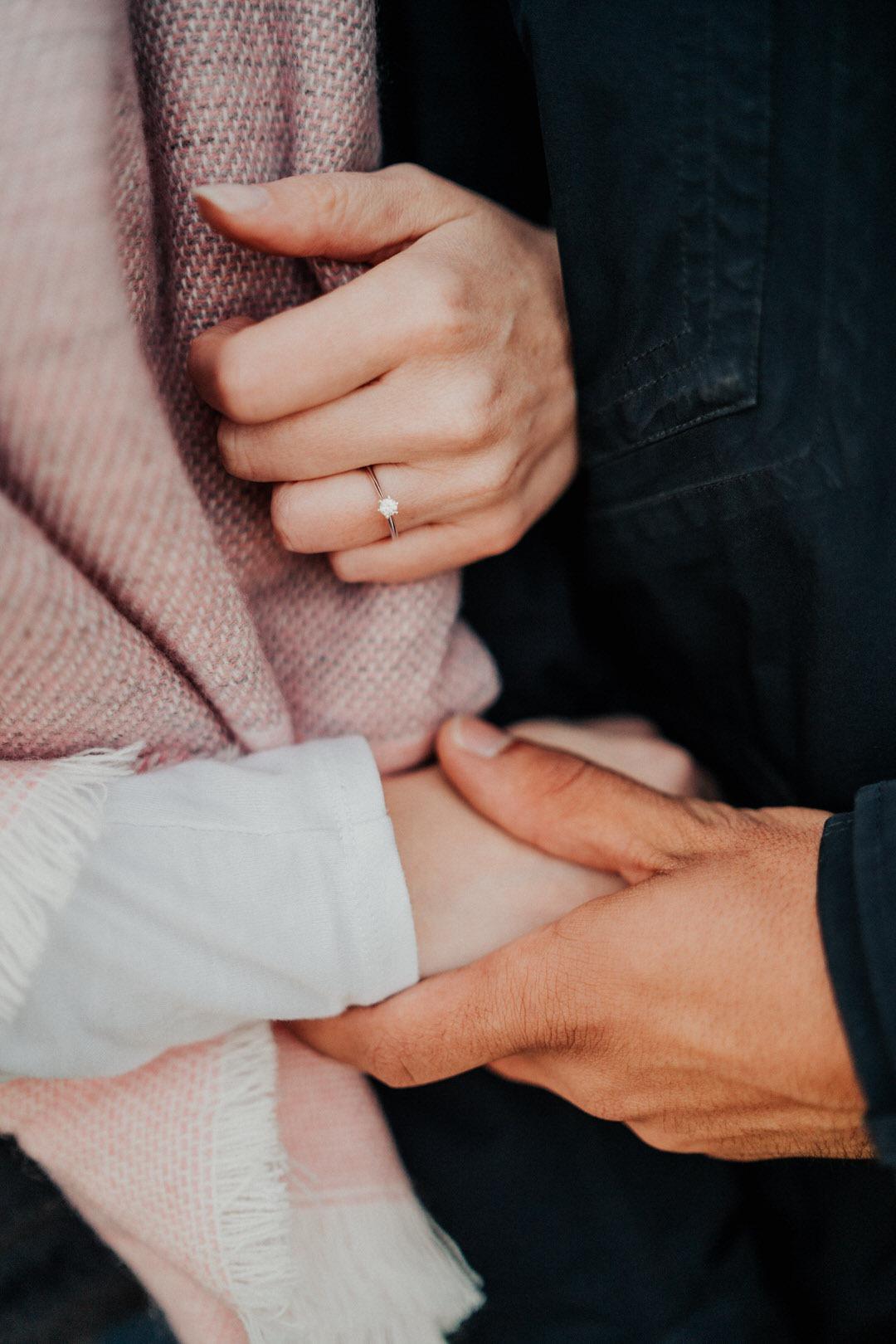 Hände und Ring-Details beim Engagement-Paarshooting. Derartige Bilder eignen sich auch hervorragen für die Save the Date und Hochzeits-Einladungskarten.