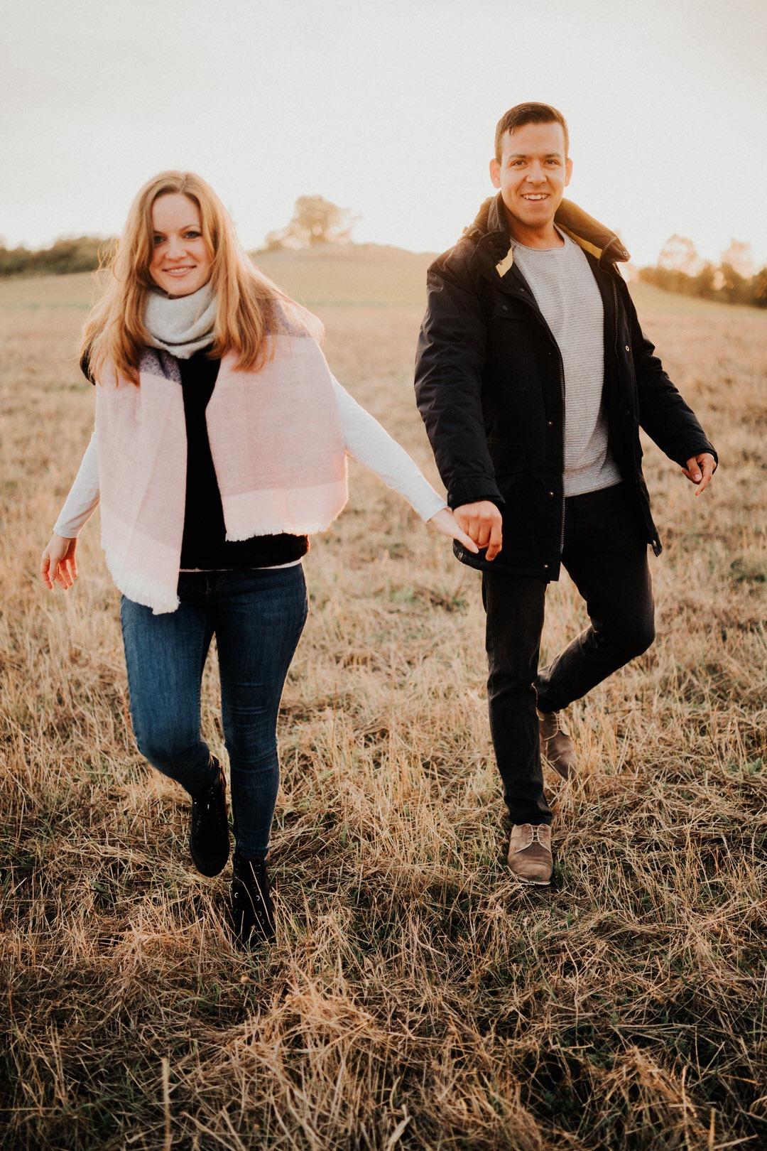 Ihr braucht Tipps für schöne Gesichtsausdrücke um euch auf das Paar-Shooting vorzubereiten? Mein bester Ratschlag ist: entspannt mit dem Gegenüber beschäftigen und versuchen, die Kamera auszublenden. Das bringt die entspanntesten und meiner Meinung nach schönsten Gesichtsausdrücke