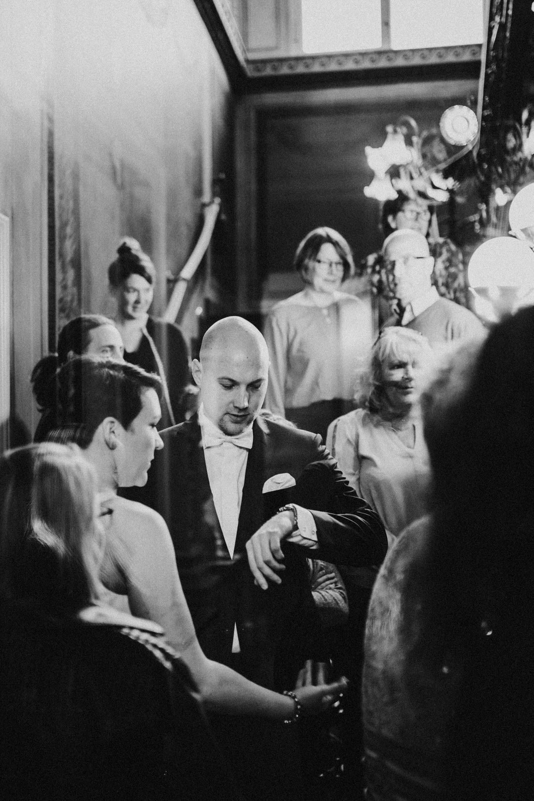 Schwarz-Weiß-Fotografie bei Hochzeitsfoto-Reportage einer Winterhochzeit in Wiesbaden. Wartendes Brautpaar vor Trauung