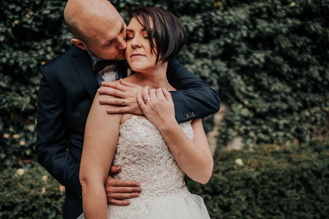 Bräutigam Kuss auf Wange, Hochzeit im Winter