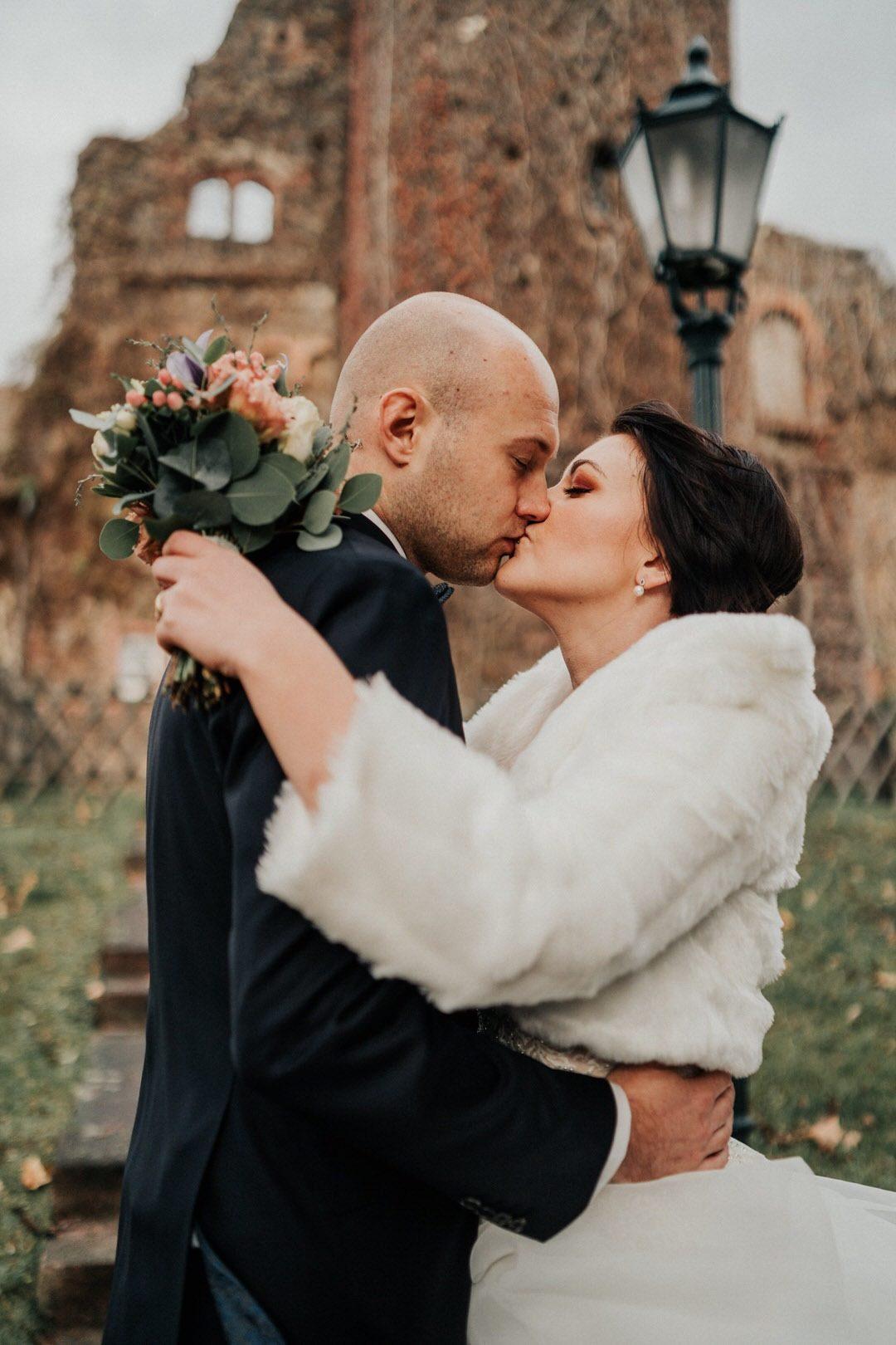 Game of Thrones Hochzeit, der Brautpaar Kuss beim Shooting