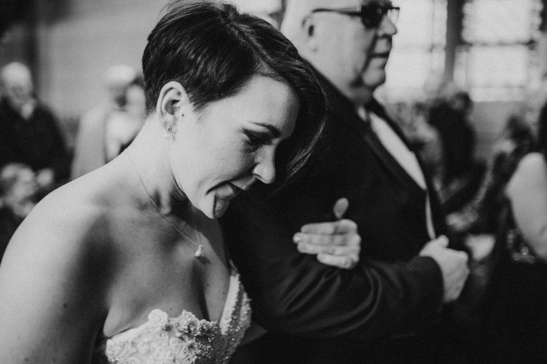 Emotionaler Einmarsch der Braut bei einer Winterhochzeit in Hessen