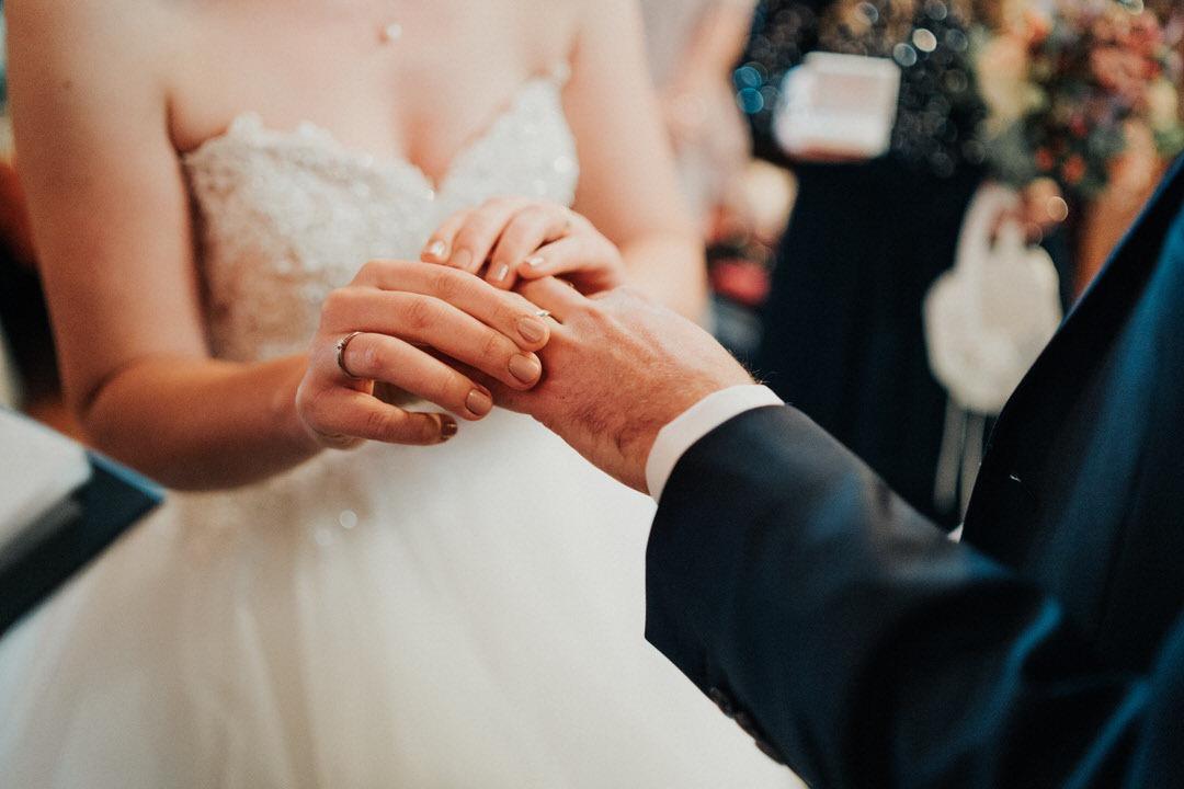 Hochzeitsmomente für eine Fotoreportage: der Tausch der Ring