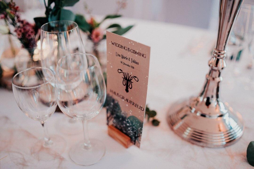 Game of Thrones thematische Winterhochzeits-Details: die Menükarte für winterliche Hochzeiten