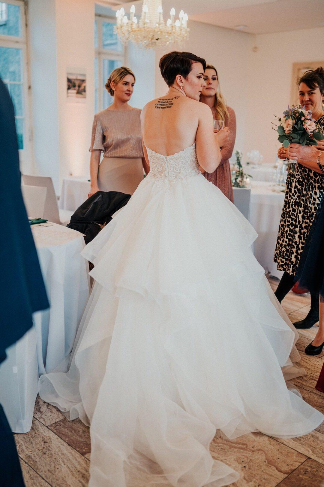 Winterbraut mit Brautkleid von hinten