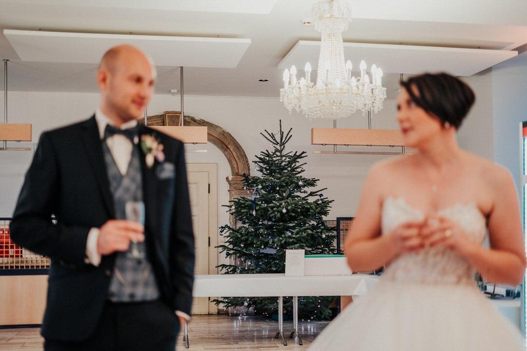 Hochzeitsfotograf für Hochzeiten im Winter bei Schnee und mit Weihnachtsbaum