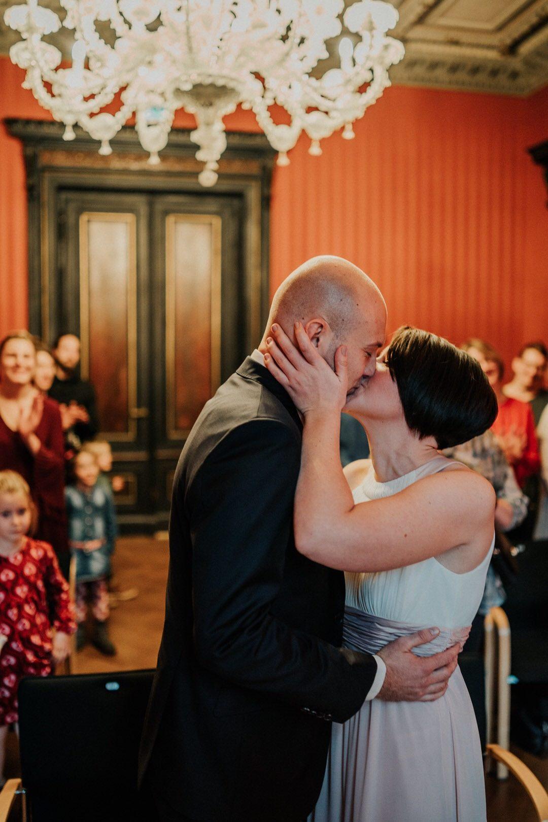 Brautpaar Kuss bei der winterlichen Hochzeit in Wiesbaden