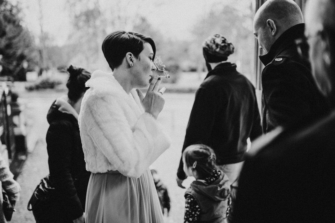 Rauchende Vintage-Braut bei Winterhochzeit