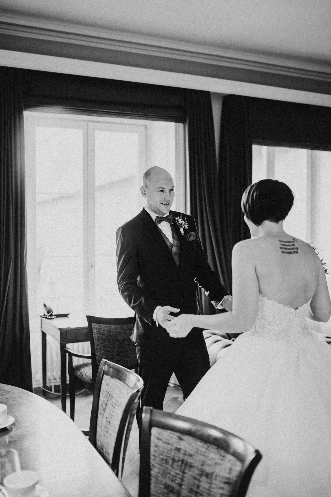 Emotionaler First Look bei einer winterlichen Hochzeit in Wiesbaden