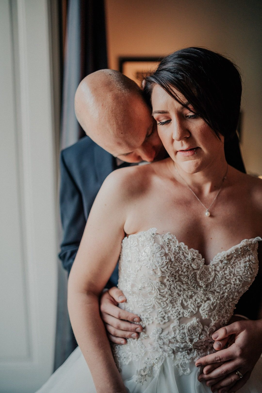 Kuss des Bräutigams auf die Schulter der Braut beim Paar-Shooting der Hochzeit in Wiesbaden