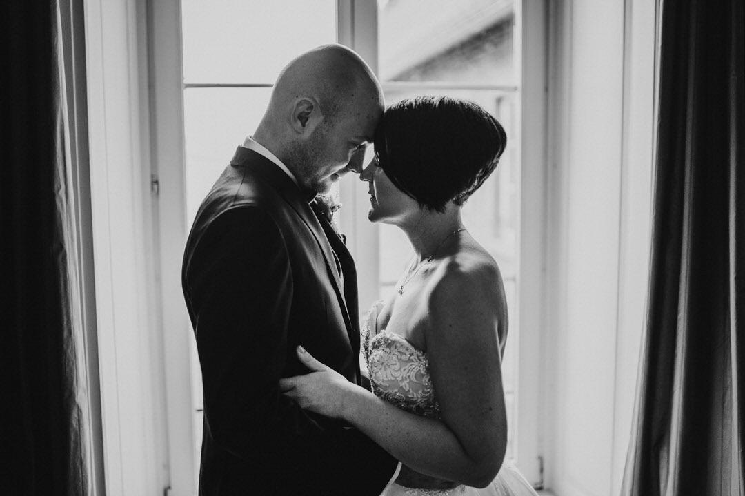 Stirn an Stirn emotionale und natürliche Hochzeitsfotografie Ideen