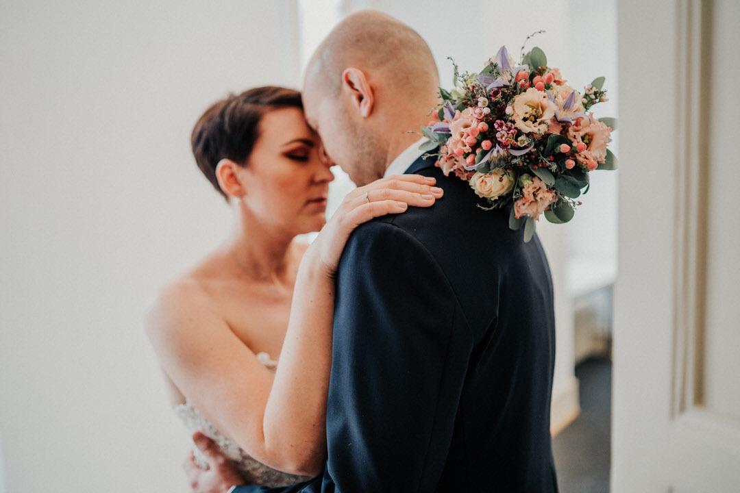 Welch schöne Blumen für den Brautstrauß für eine Winterhochzeit