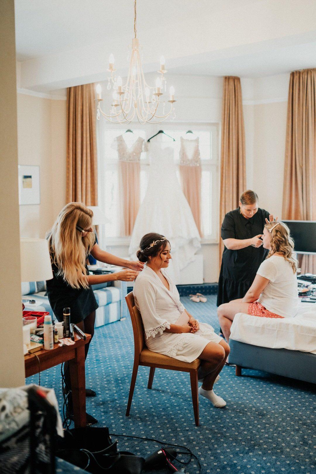 Getting Ready der Braut fotografieren mit ihren Trauzeuginnen im Hotel Oranien, Wiesbaden