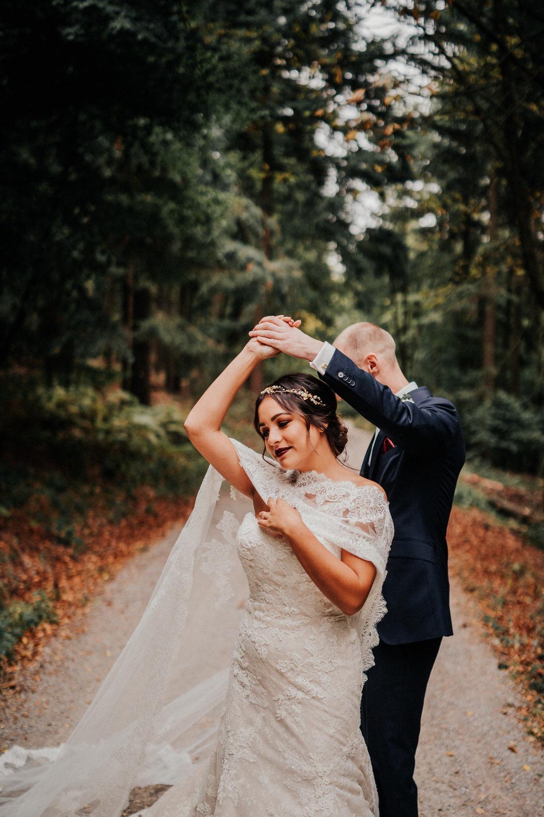 Boho-Brautpaar Tanzt beim Hochzeits-Fotoshooting im Naturpark Rhein-Taunus