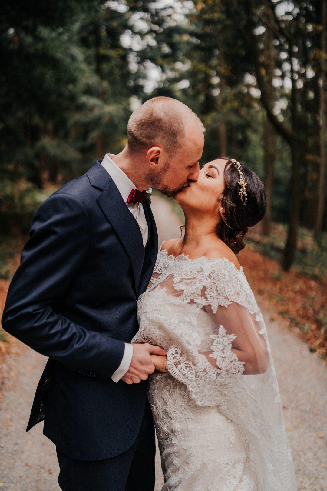 Braut mit Boho-Brautkleid, das ist, was eine Boho-Hochzeit erst richtig ausmacht