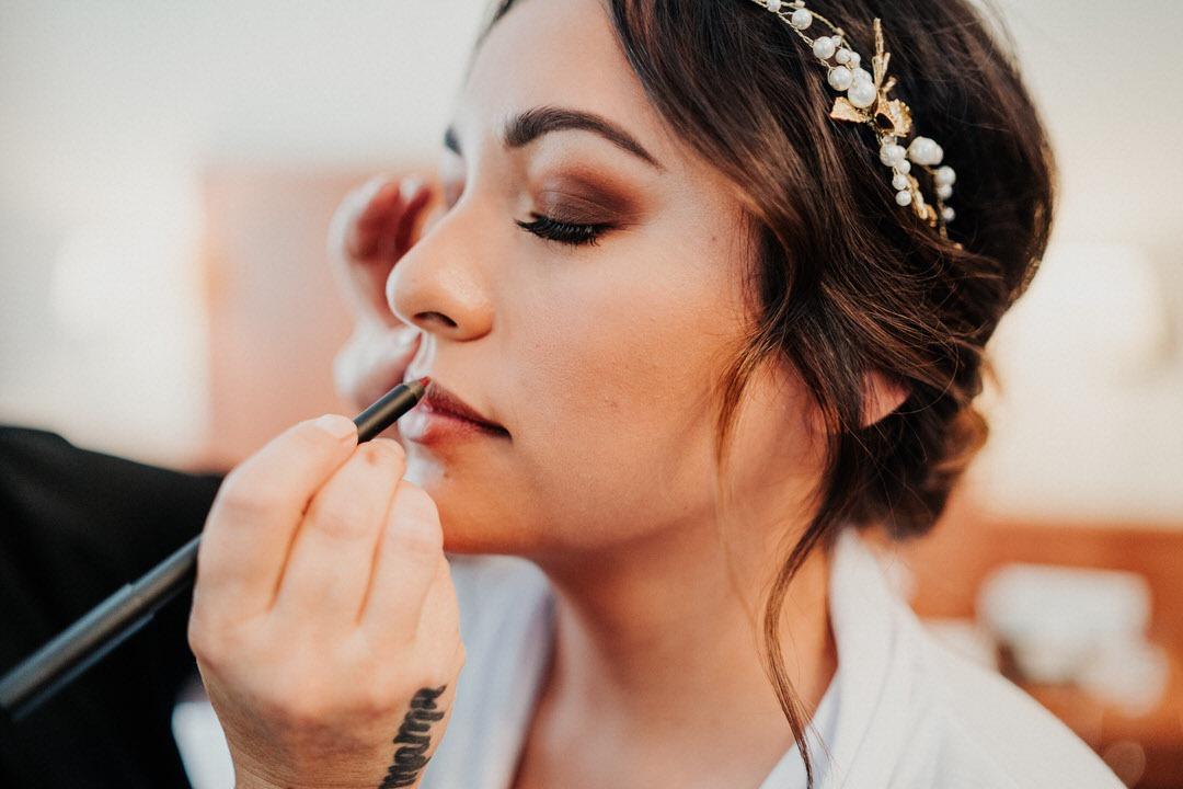 Visagistin schminkt beim Getting Ready der Hochzeit, Momente, die sich lohnen, zu fotografieren