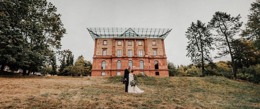 Hochzeitspaar-Panorama vor dem Jagdschloss Platte im Naturpark Rhein-Taunus, Wiesbaden