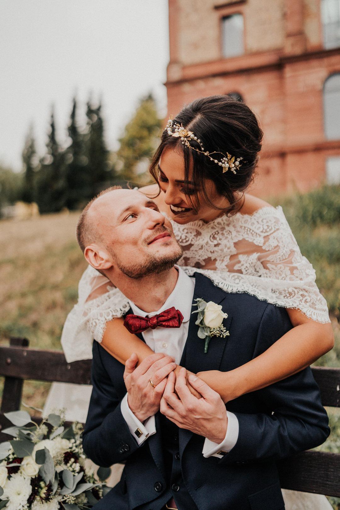 Brautpaar Fotos im Sitzen bei Hochzeits-Fotoshooting