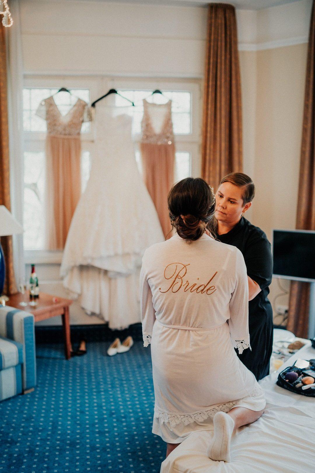 Braut im Getting Ready Outfit im Hotel in Wiesbaden