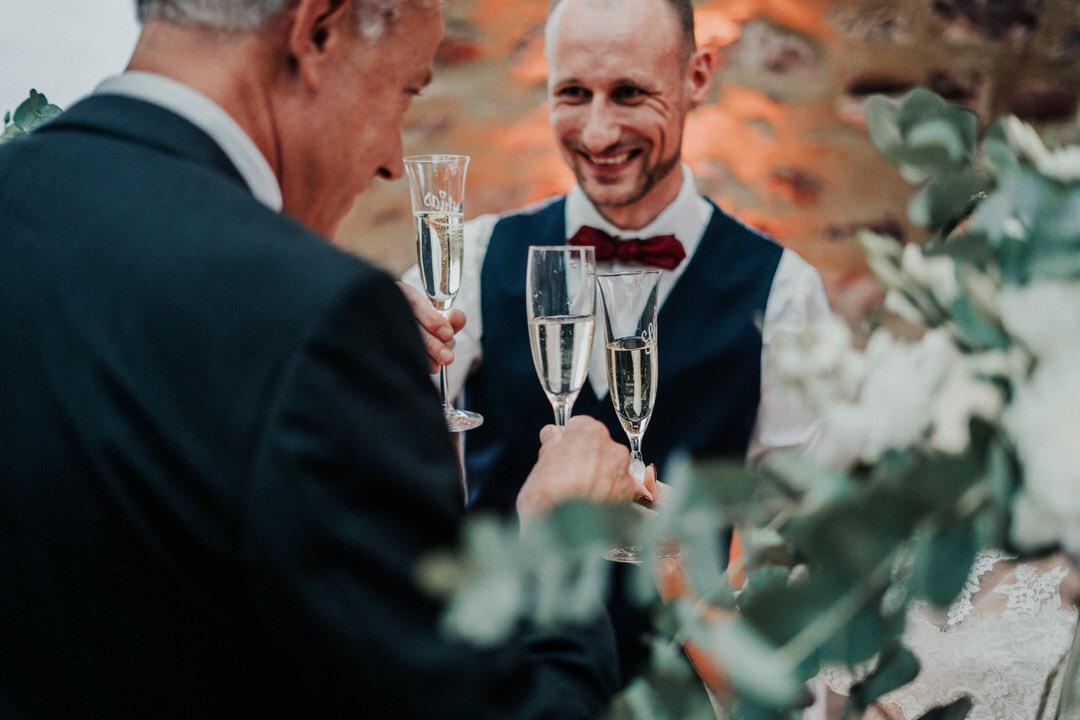 Mit Sekt anstoßen auf das Brautpaar, Boho-Hochzeit im Raum Wiesbaden Mainz