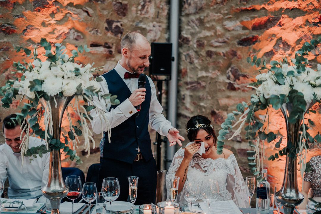 Braut in Freudentränen bei Hochzeitsfeier - emotionale Ansprache des Bräutigams