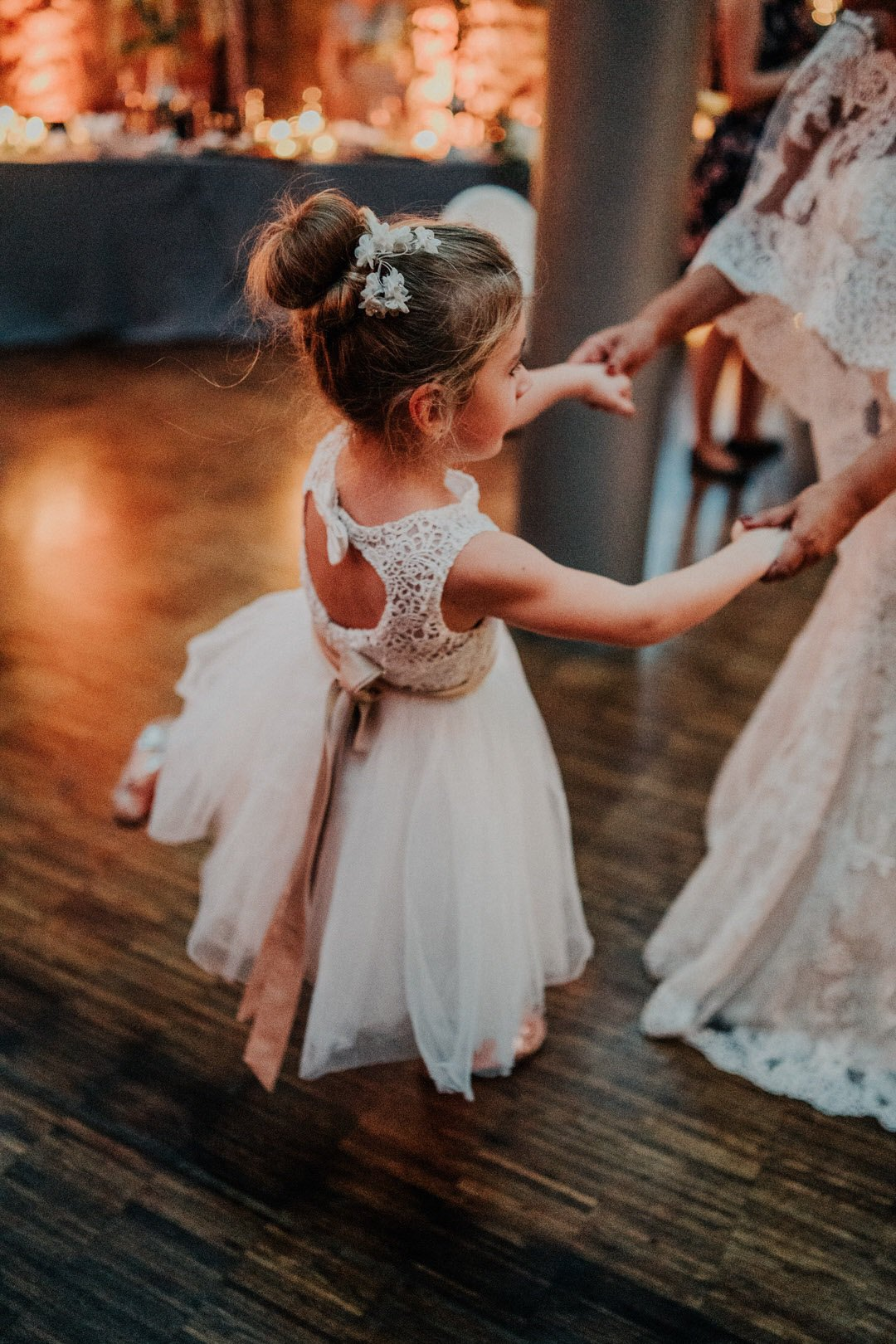 Brautmädchen tanzt mit Boho-Braut auf der Tanzfläche der Hochzeitslocation