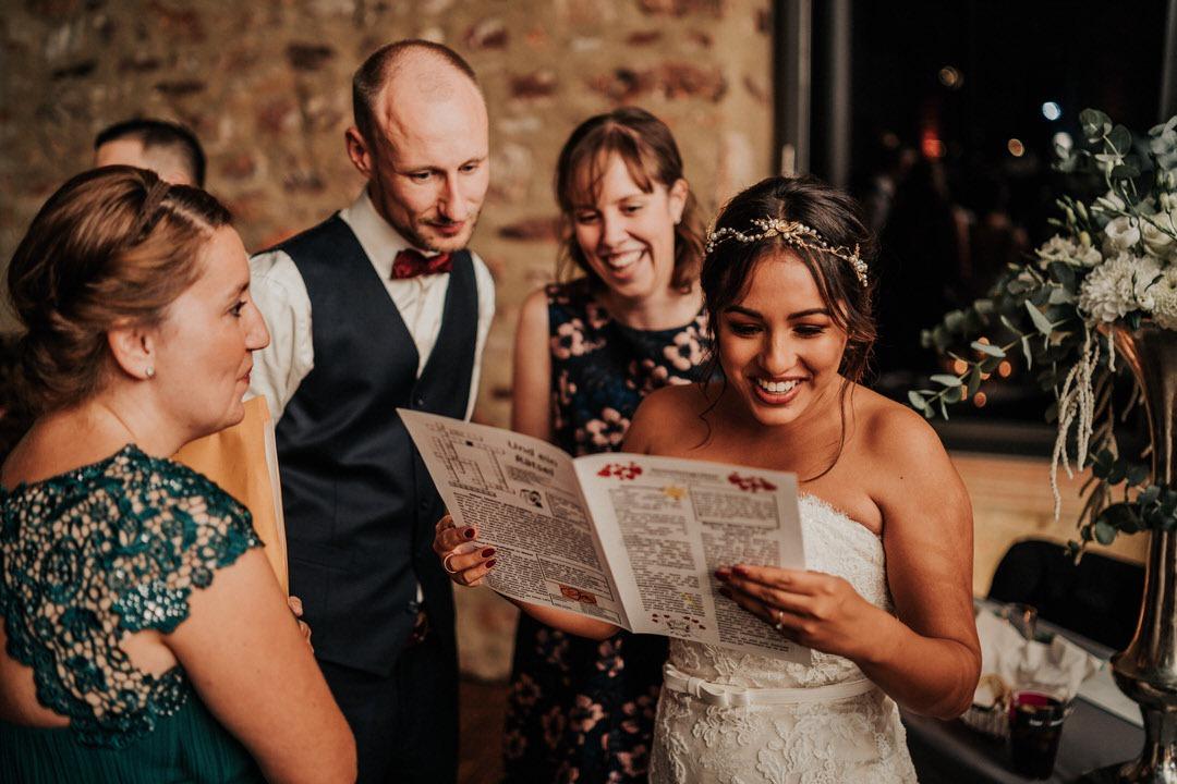Eine Hochzeitszeitung mit lustigen Fakten über das Brautpaar zu drucken ist eine super Idee für Hochzeiten