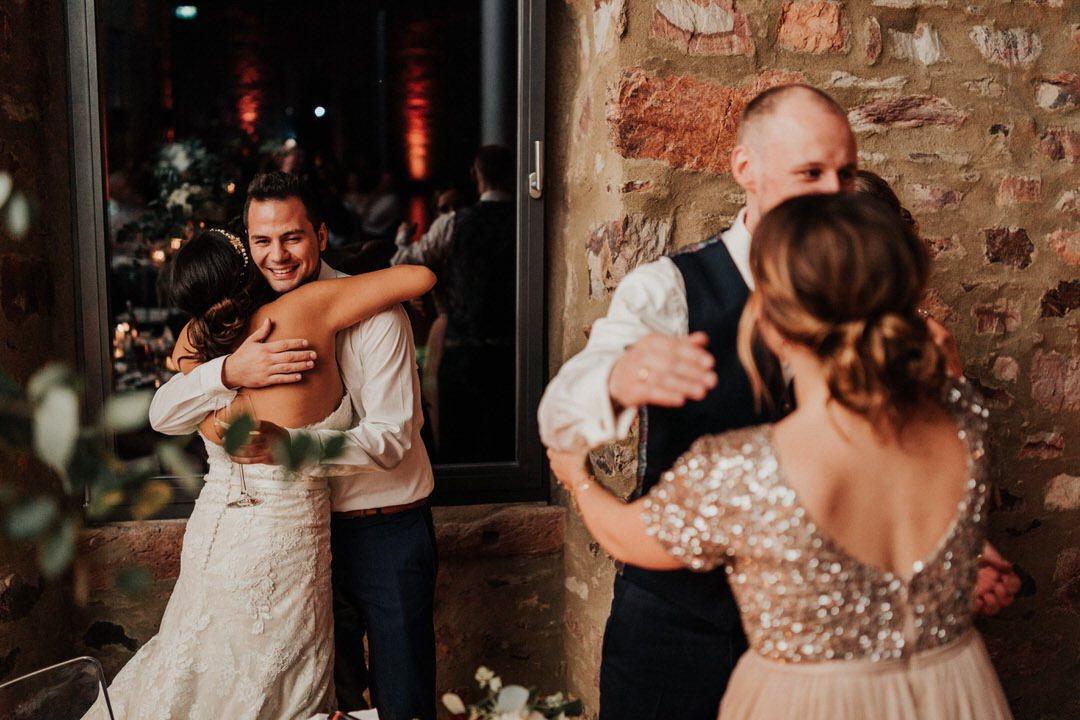 Emotionale Umarmung bei der Hochzeitsfeier, besondere Momente durch Hochzeitsfoto-Reportagen
