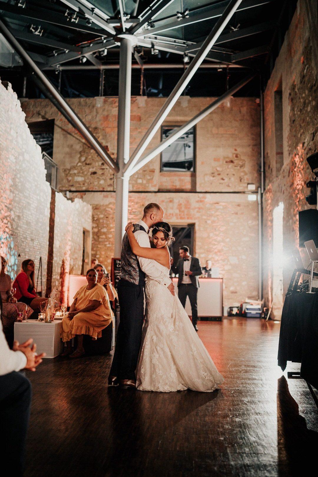 Der Hochzeitstanz bei einer Boho-Hochzeit als Eröffnungstanz für die Party im Jagdschloss Platte in Wiesbaden