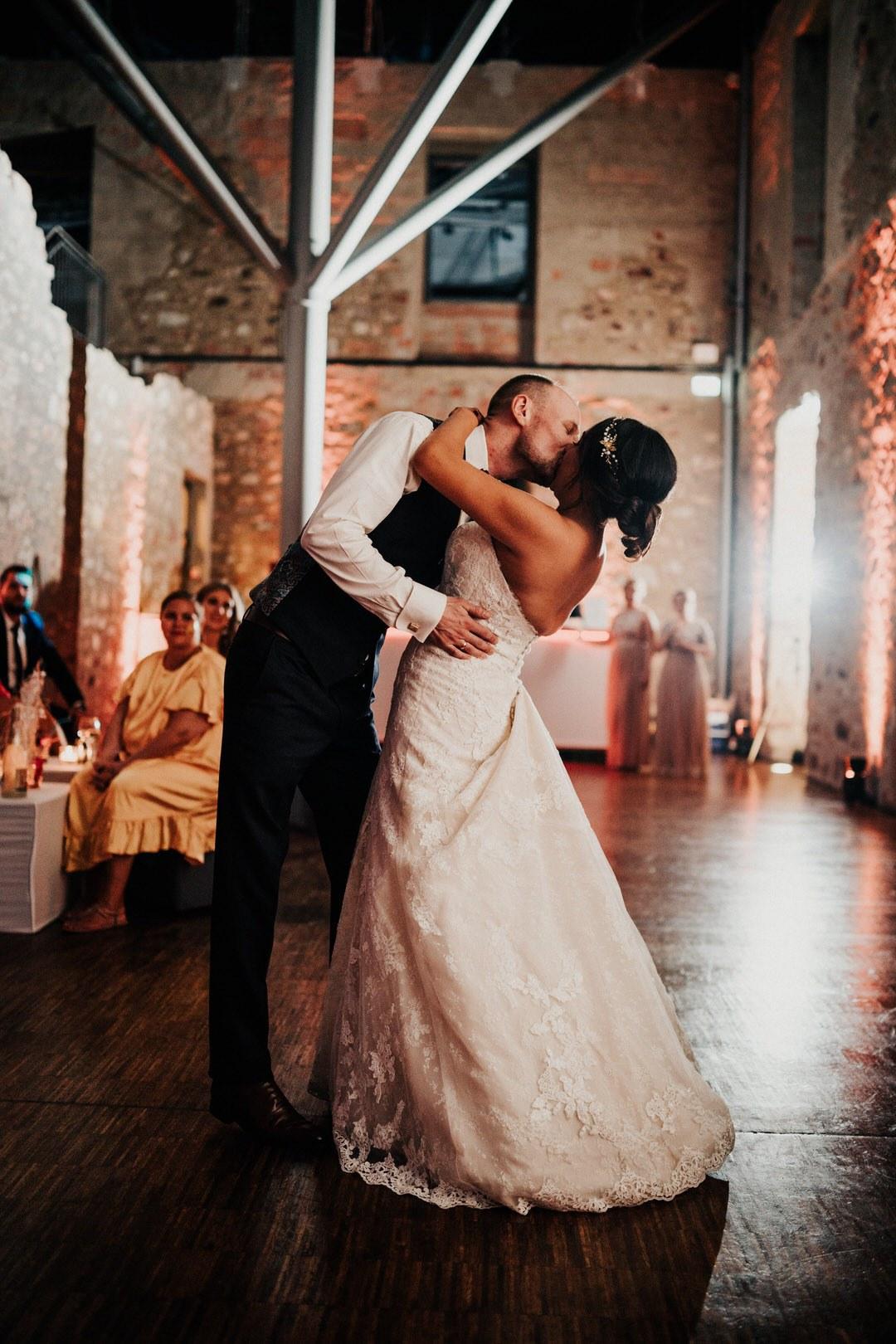 Der Hochzeitstanz als einer der emotionalsten Momente zwischen dem Hochzeitspaar bei der Party - Hochzeitsfotograf für Reportagen in Wiesbaden und Mainz
