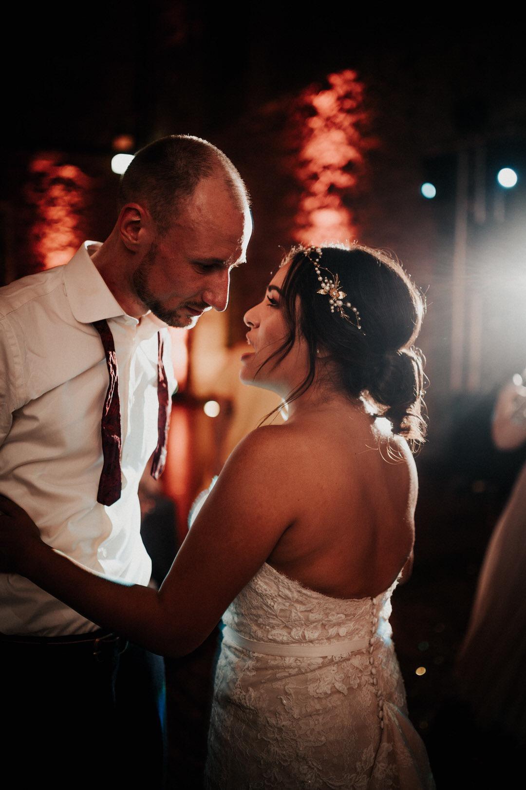 Brautpaar bei der Party ihrer Boho-Hochzeit. Entspanntes Feiern am großen Tag