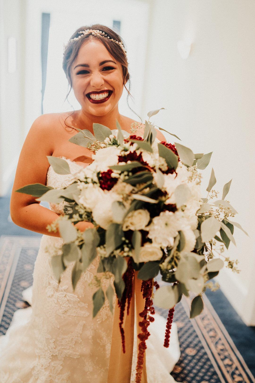 Candid Momente beim Getting Ready der Braut bei einer Boho-Hochzeit in Wiesbaden