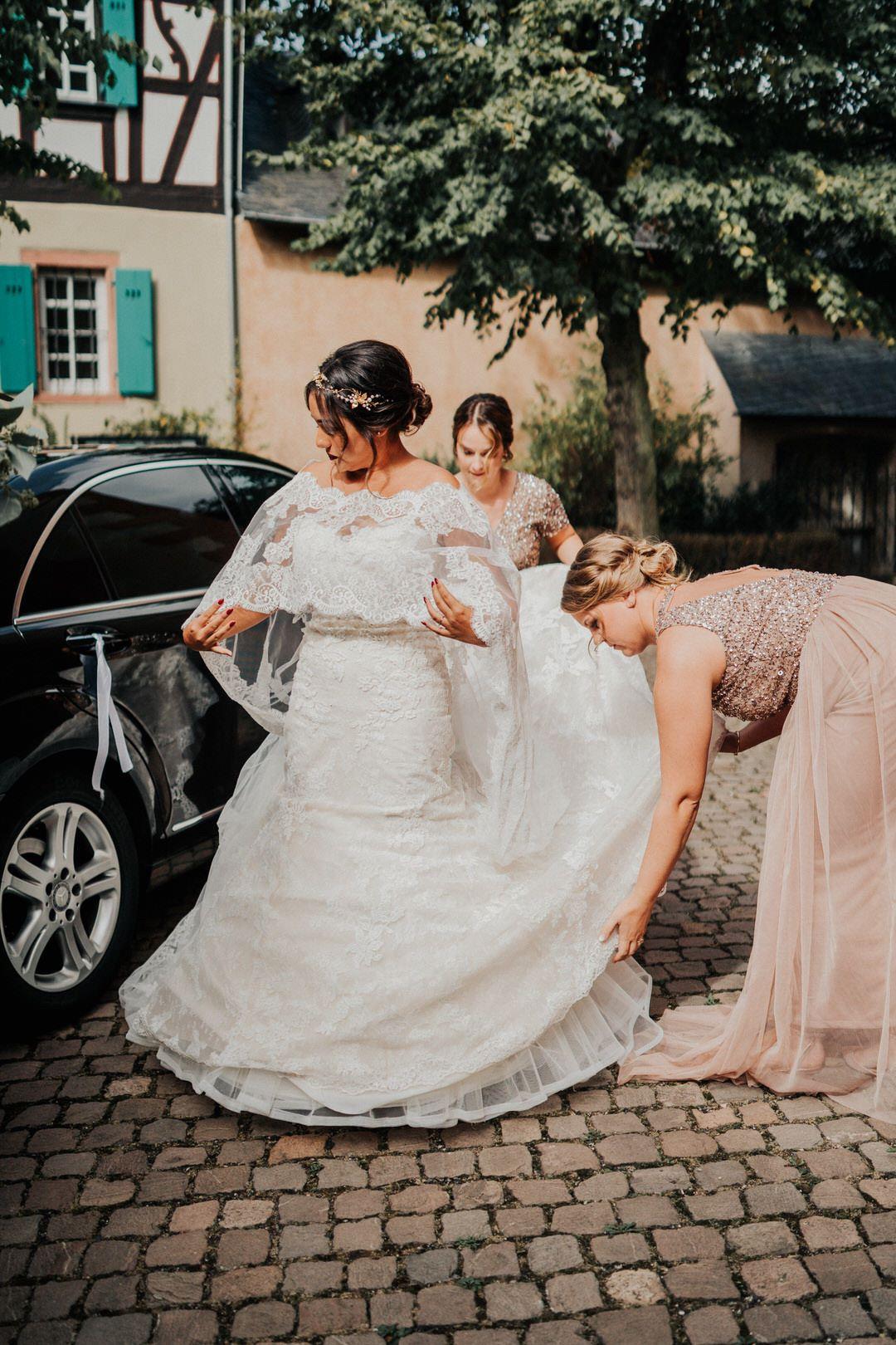 Boho-Braut vor der Kirche bei einer Hochzeitsreportage zwischen Wisbaden und Mainz