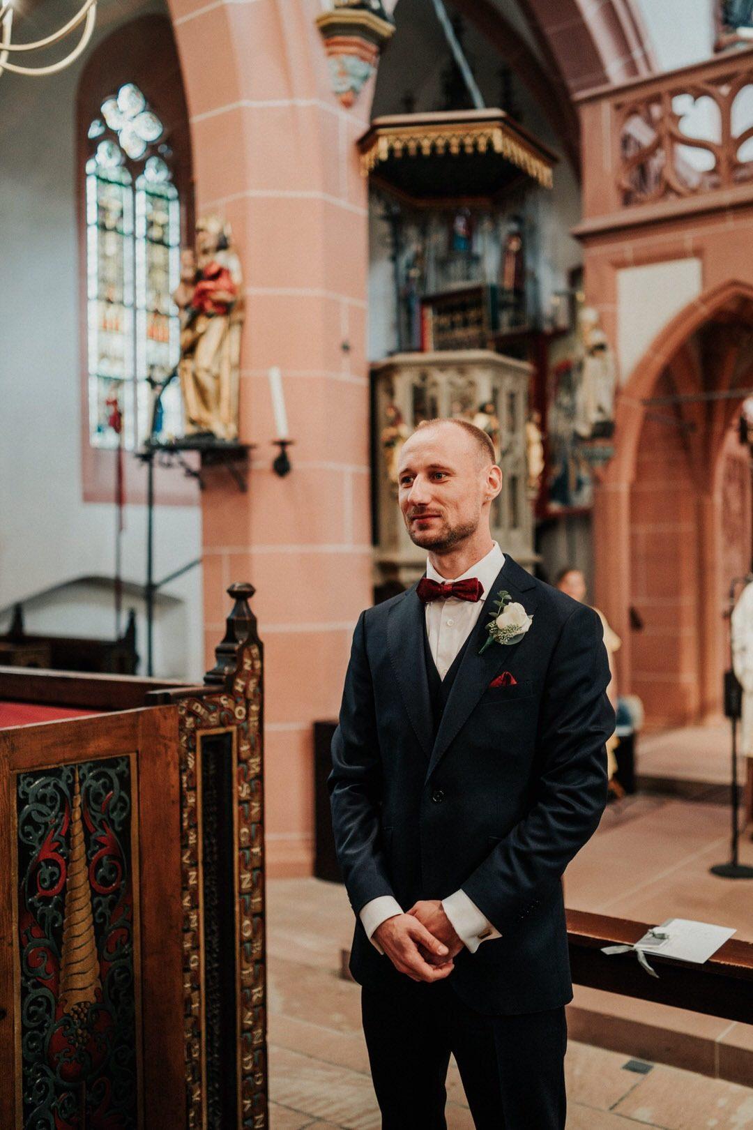 Bräutigam Wartet am Altar auf seine Braut