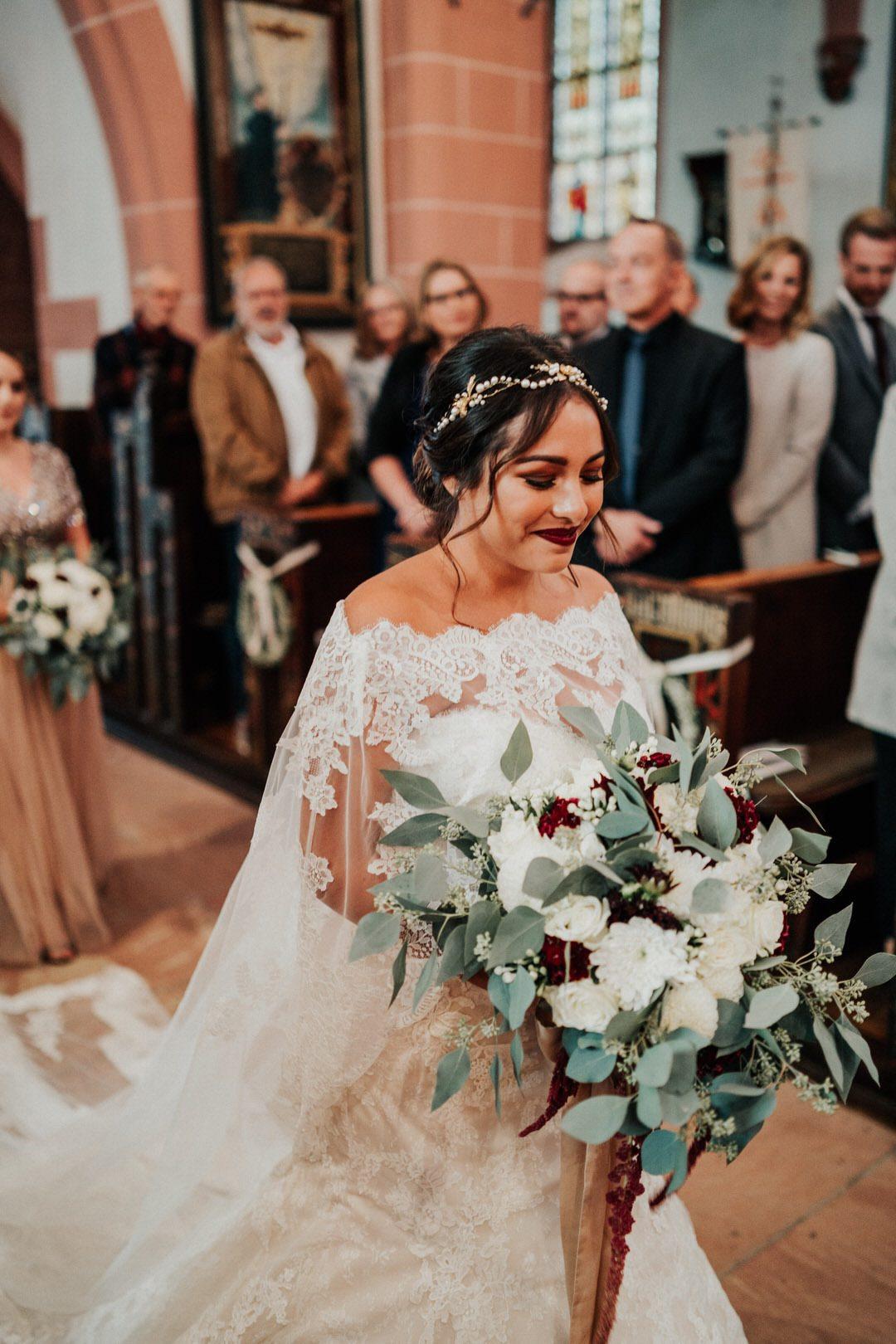 Einmarsch der Boho-Braut in die Kirche zur Trauung