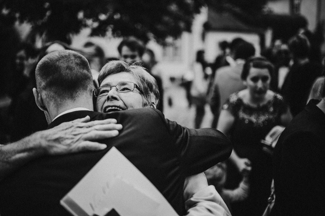 Emotionale Momente der Hochzeitsfotos bei den Gratulationen zur Hochzeit