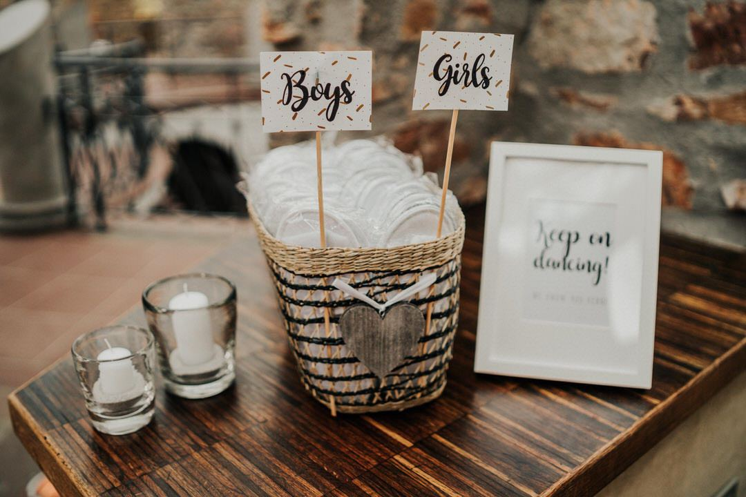 Hochzeitsdetail Ideen: Keep on Dancing Badeschlappen für die Boho-Hochzeitsparty