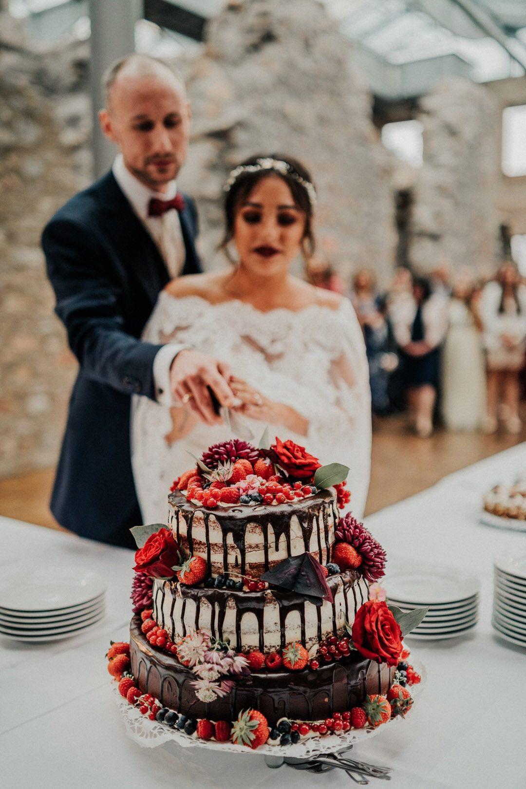 Boho-Brautpaar beim Anschneiden der Hochzeitstorte bei der Lovestory in Wiesbaden